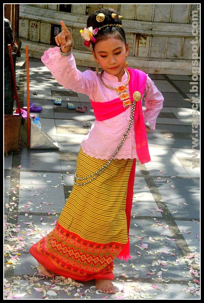 Zdjęcia: Chiang Mai, Chiang Mai, Tajska dziewczynka w światyni Doi Suthep, TAJLANDIA