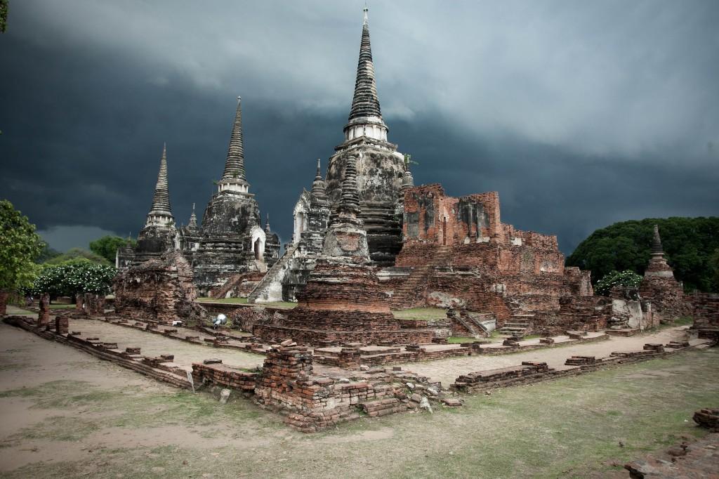 Zdjęcia: Ayutthaya, ,, Wat Phra Si Sanphet  przed deszczem, TAJLANDIA