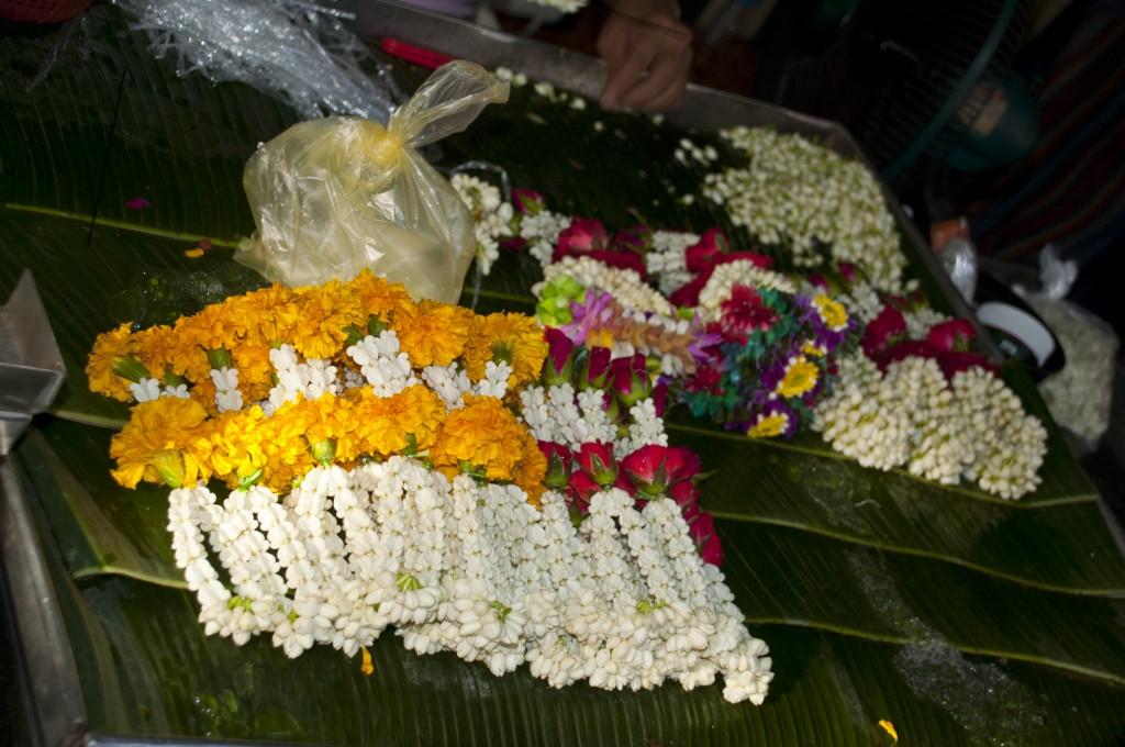 Zdjęcia: Bangkok, Tajlandia, Gotowe girlandy kwiatów dla duchów można kupić na ulicy, TAJLANDIA