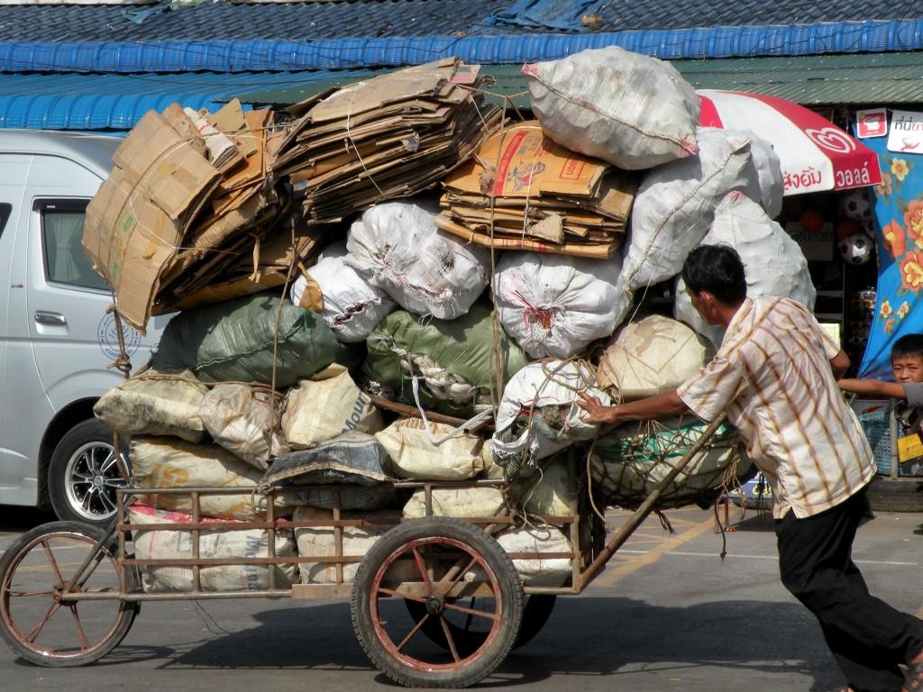 Zdjęcia: tuż przy granicy, Na granicy z Kambodżą, Ile zmieści się na wózek? , TAJLANDIA