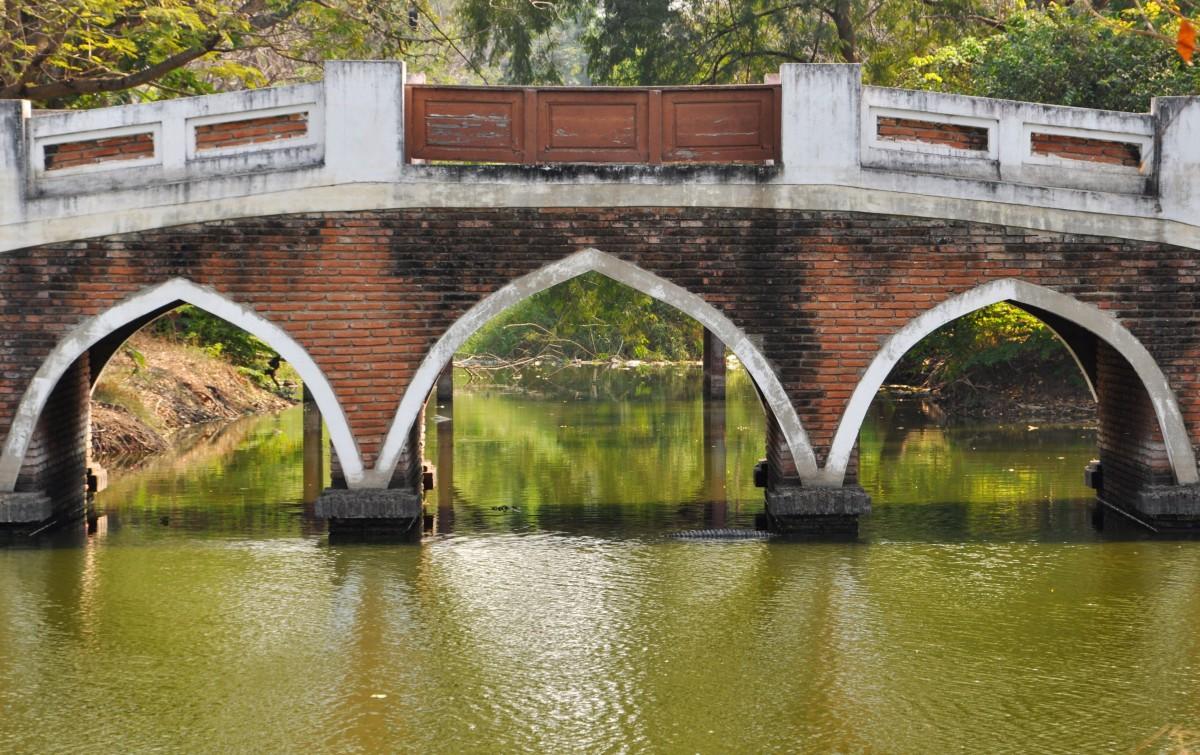 Zdjęcia: Ajuttia, Na północ od Bangkoku, Jeden z wielu mostków w Ajuttii, TAJLANDIA