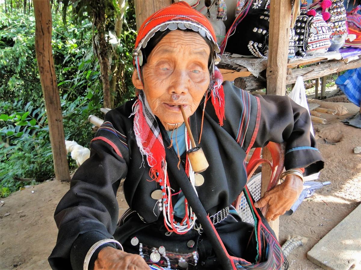 Zdjęcia: Wieś ludu Akha, Złoty Trójkąt, Trzy pokolenia Akha: babcia, TAJLANDIA