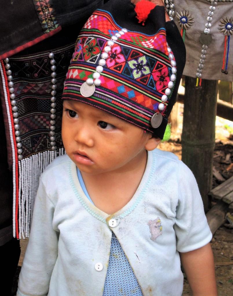 Zdjęcia: Wieś Akha, Złoty Trójkąt, Trzy pokolenia Akha: wnuczek, TAJLANDIA