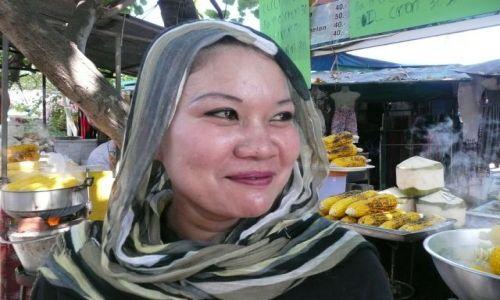 Zdjecie TAJLANDIA / Koh Phi Phi Don / w centrum wyspy / Konkurs - sprzedawczyni prażonej kukurydzy