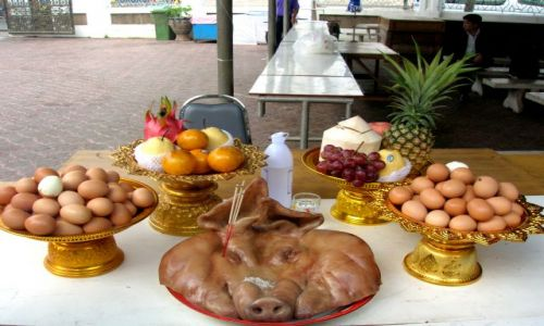 Zdjecie TAJLANDIA / - / Bangkok / Jedzenie dla duchów(złożone przed domkiem dla duchów)