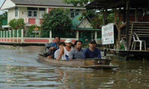 Zdjecie TAJLANDIA / Tajlandia / Stary Bangkok / Ekipa budowlana w drodze do pracy