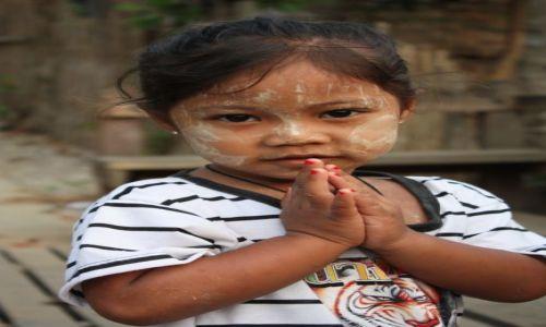 TAJLANDIA / Sanghalaburi / Zatopiona świątynia / Dziewczynka