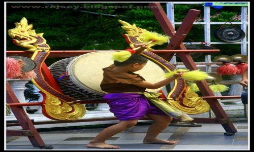 Zdjecie TAJLANDIA / Chiang Mai / Chiang Mai / Młody mnich grający w świątyni Doi Suthep