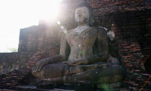 Zdjecie TAJLANDIA / Tailandia / Sukhothai / Budda o wschodzie