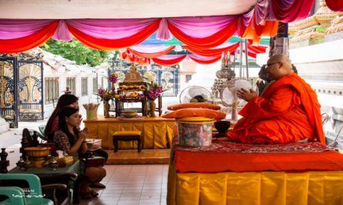 TAJLANDIA / Bangkok / Big BuddaTemple / Modlitwa