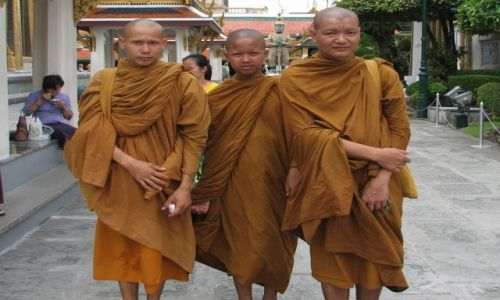 Zdjecie TAJLANDIA / Bangkok /  Taj Wat Phrav Sri Ratana Sasadaram / Buddyjscy mnisi