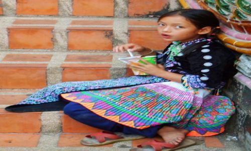 Zdjecie TAJLANDIA / Chiang Mai / Chiang Mai / Spoglądająca dziewczynka