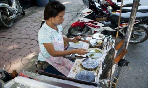 Zdjecie TAJLANDIA / Kanchanaburi / Kanchanaburi / Uliczna produkcja kokosowych rurek/wafli :)