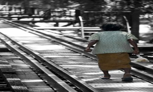 Zdjecie TAJLANDIA / Kanchanaburi / Kanchanaburi / Babcia na moście na rzece Kwai