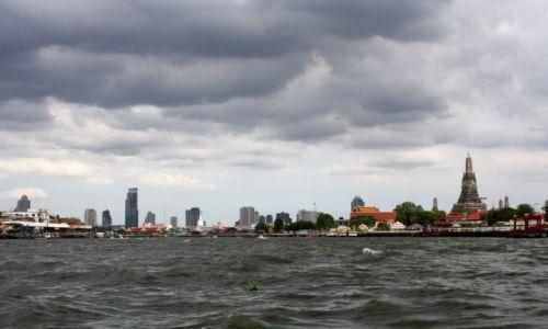 Zdjecie TAJLANDIA / Bangkok / Bangkok / Bangkok z pokładu taksówki wodnej na rzece Chao Phraya