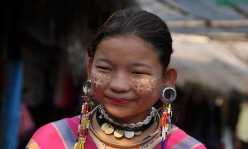 Zdjecie TAJLANDIA / północna Tajlandia / Wioska na północy kraju / Dziewczyna z plemienia