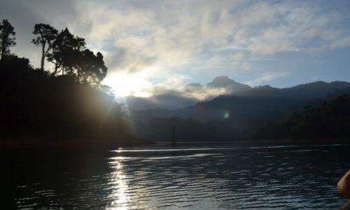 TAJLANDIA / Surat Thani / Khao Sok National Park / Poranek na jeziorze