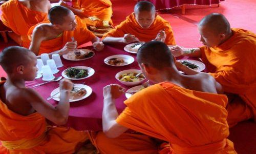 Zdjęcie TAJLANDIA / Chiang Rai / klasztor / Mnisi wikt