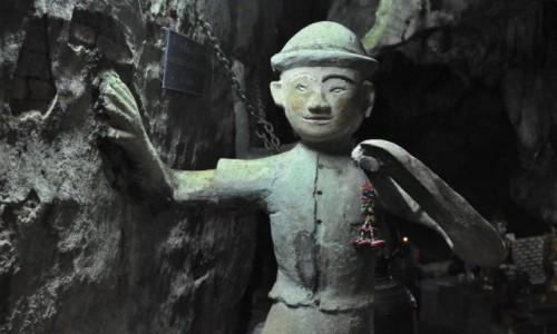 Zdjecie TAJLANDIA / na północ od Chiang Mai / świątynia w jaskini w Chiang Dao / W świątyni