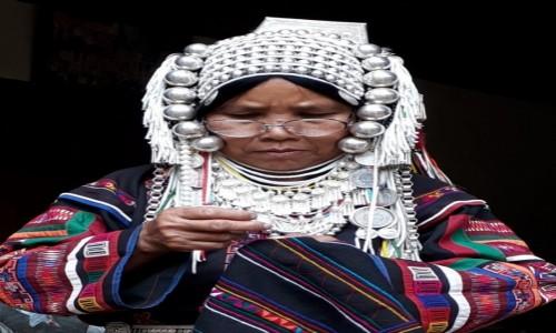 TAJLANDIA / Prowincja Chiang Mai / Jakaś górska wioska (nie cepelia) / Teresa z plemienia Akha wyszywa