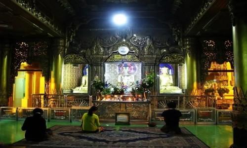 Zdjecie MYANMAR / Yangon / Yangon / Sule Paya - ołtarz