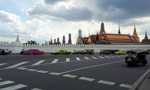 Zdjecie TAJLANDIA / Bangkok / Wat Phra Kaeo / Przed jedną z najsłynniejszych świątyń w Bangkoku