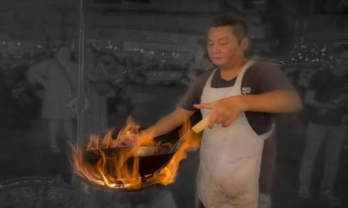 TAJLANDIA / Bangkok / Bazar / Praca pali mu się w rękach.