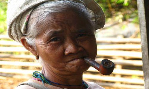 Zdjecie TAJLANDIA / brak / okolice Mae Sot / kobieta z fajka