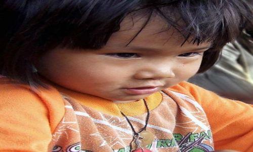 Zdjecie TAJLANDIA / Północna Tajlandia - okolice Chiang Mai / wioska plemienia Lahu / dziewczynka z plemienia Lahu