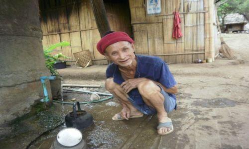Zdjęcie TAJLANDIA / 80km na północ od chiang mai / okolice chiang mai / mezczyzna z plemienia karen