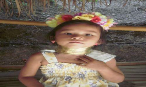 Zdjecie TAJLANDIA / 80km na północ od chiang mai / okolice chiang mai / dziewczynka z plemienia long neck