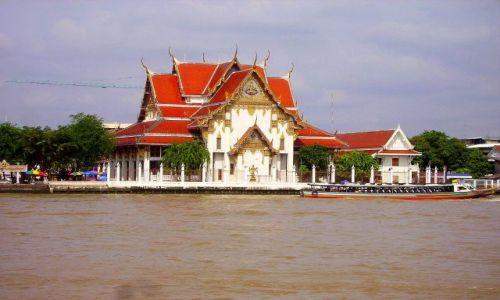Zdjęcie TAJLANDIA / Bangkok / nabrzeże rzeki Chao Praya / świątynia nad rzeką Chao Praya