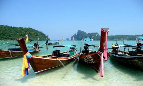 Zdjecie TAJLANDIA / Koh Phi Phi Don / Yongkasem beach / Kolorowe wstęgi na cześć Buddy
