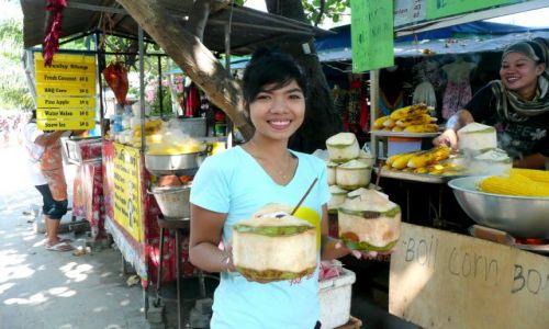 Zdjecie TAJLANDIA / Koh Phi Phi Don / Yongkasem beach / Tajowie - mrożone kokosy