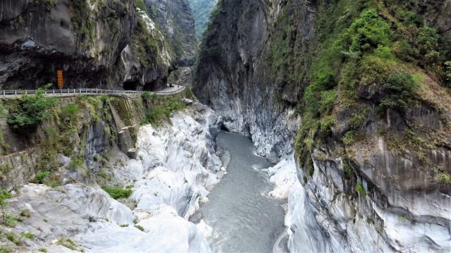 Zdjęcia: Park Narodowy Taroko, wschodnia część, Droga wykuta w skale nad urwiskiem, TAJWAN