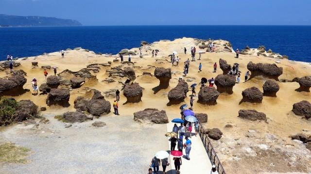 Zdjęcia: Park geologiczny Yehliu, Taipei, Bliskość stolicy przyciąga do parku wielu turystów, TAJWAN
