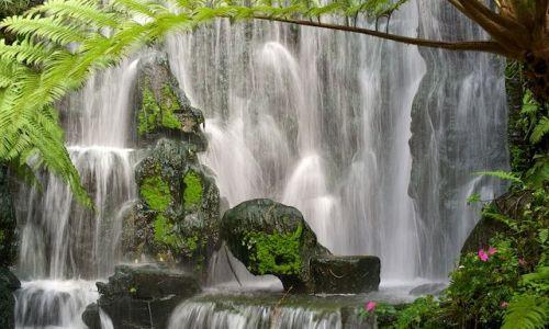 TAJWAN / Taiwan / Taipei / Maly wodospad przy swiatyni (Taipei)