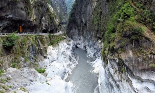 TAJWAN / wschodnia część / Park Narodowy Taroko / Droga wykuta w skale nad urwiskiem
