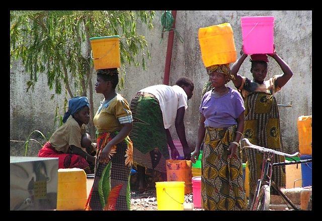 Zdjęcia: Ibanda, południowa Tanzania, Kobiety czerpiące wodę..., TANZANIA