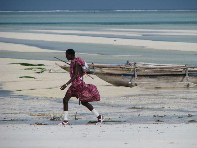 Zdj�cia: Paje, Afryka, Zanzibar, Masaj na plazy Paje - Zanzibar, TANZANIA
