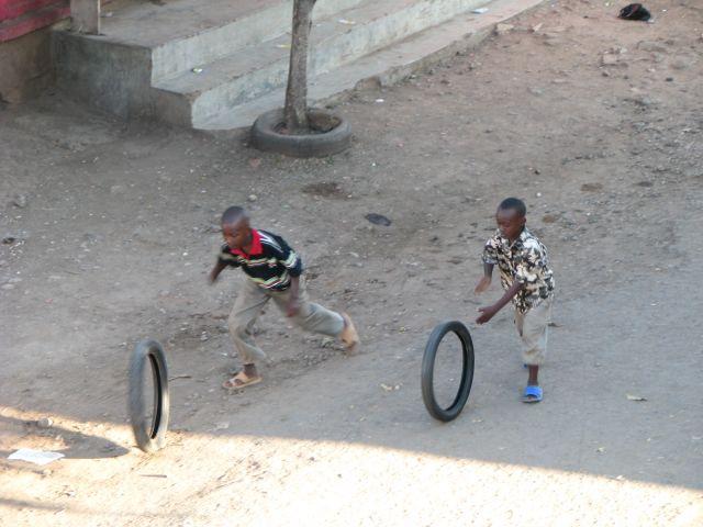 Zdj�cia: Moshi, Afryka, Moshi, Uliczne zabawy, TANZANIA