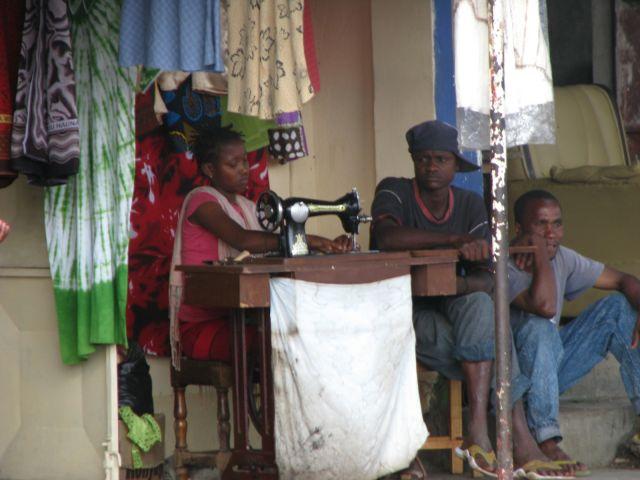 Zdjęcia: Moshi, Afryka, Moshi, Zakład krawiecki, TANZANIA