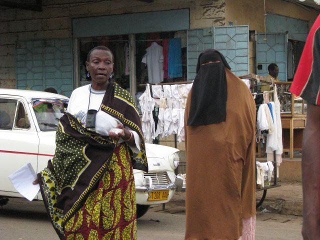 Zdj�cia: Moshi, Afryka,, Kobieta z telefonem i bez, TANZANIA
