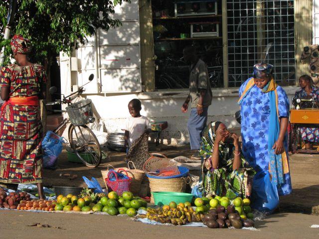Zdjęcia: Moshi, Afryka,, Warzywniak i krawiec w tle, TANZANIA