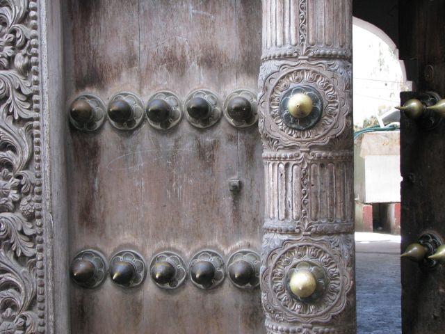 Zdj�cia: Stone City, Afryka, Zanzibar , Typowe drzwi z kolcami przeciw s�oniom, TANZANIA