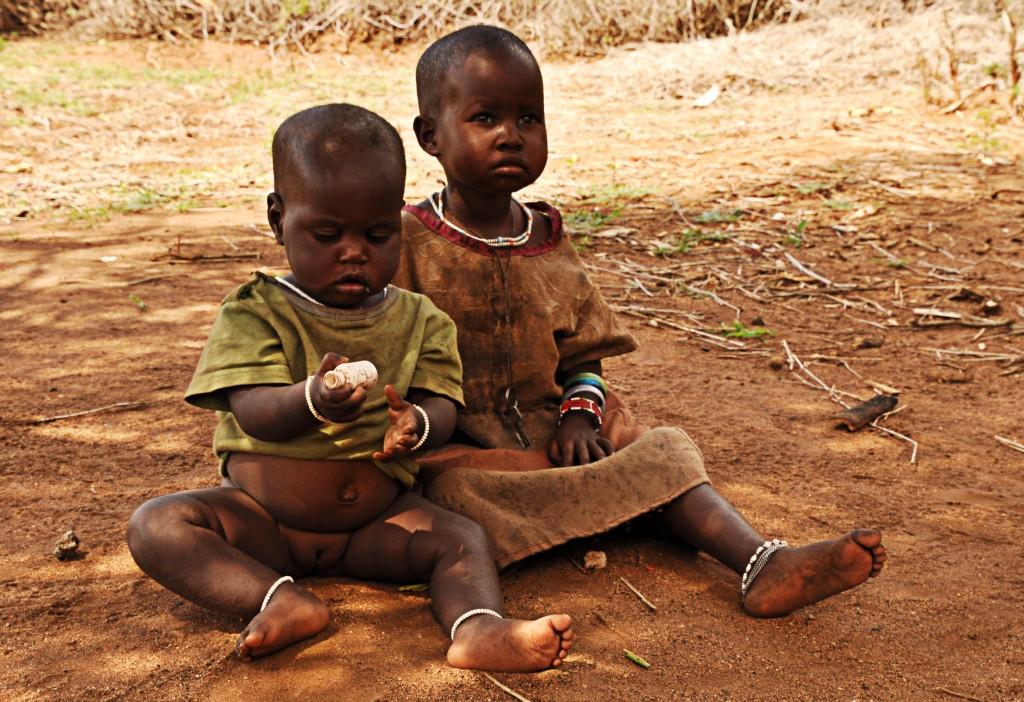 Zdjęcia: wioska Masajów, Arusha, Bez mamy, TANZANIA