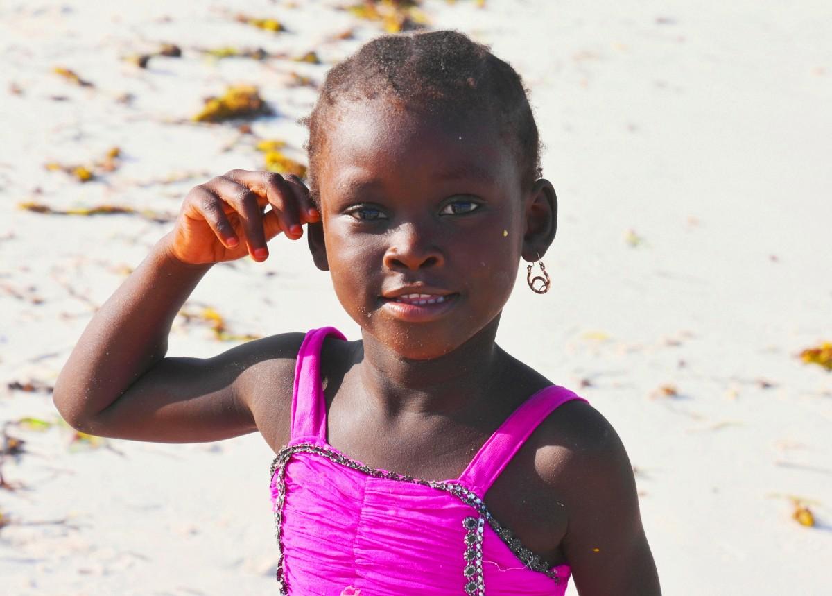 Zdjęcia: wybrzeże wschodnie, Zanzibar, Dziewczynka na plaży, TANZANIA