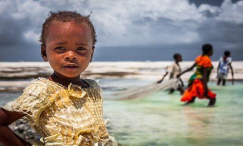 Zdjecie TANZANIA / Zanzibar / Jambiani / Dzieci z siecią