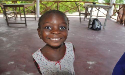 TANZANIA / Wschodni Zanzibar / Wioska Jambiani / Ciekawska �wiata dziewczynka....