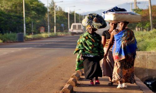Zdjecie TANZANIA / Arusha / Arusha / Powrót z  zakupów
